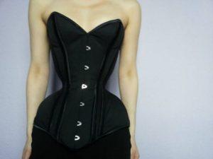 media_943844365_ireal-ea-este-femeia-clepsidra-purtat-trei-ani-corset-aiba-cea-mai-mica-talie-din-lume-galerie-foto-203075