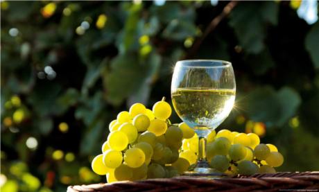 Vinul alb creşte riscul de melanom