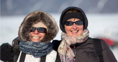 Women_in_Iceland_wearing_winter_clothing