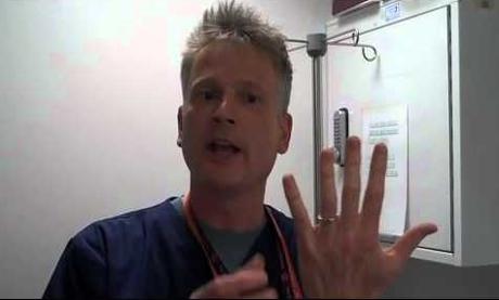 Ai un inel blocat pe deget? Cu trucul acestui doctor, nu trebuie să-ţi faci griji!