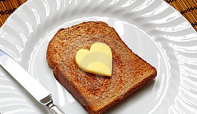 mantequilla-en-forma-de-corazón-en-tostada-20514961